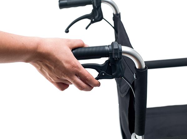 Cuenta con frenos bloqueables y de estacionamiento así como de un cinturón de seguridad.