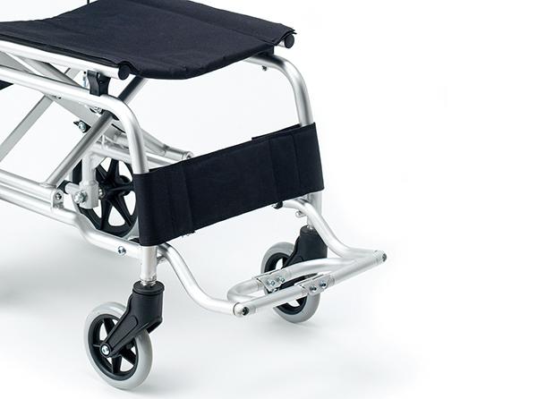 Reposapiés abatible y soporte en las piernas para un mayor confort.